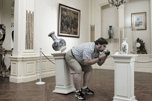 Fat guy knocks a vase in the Museum