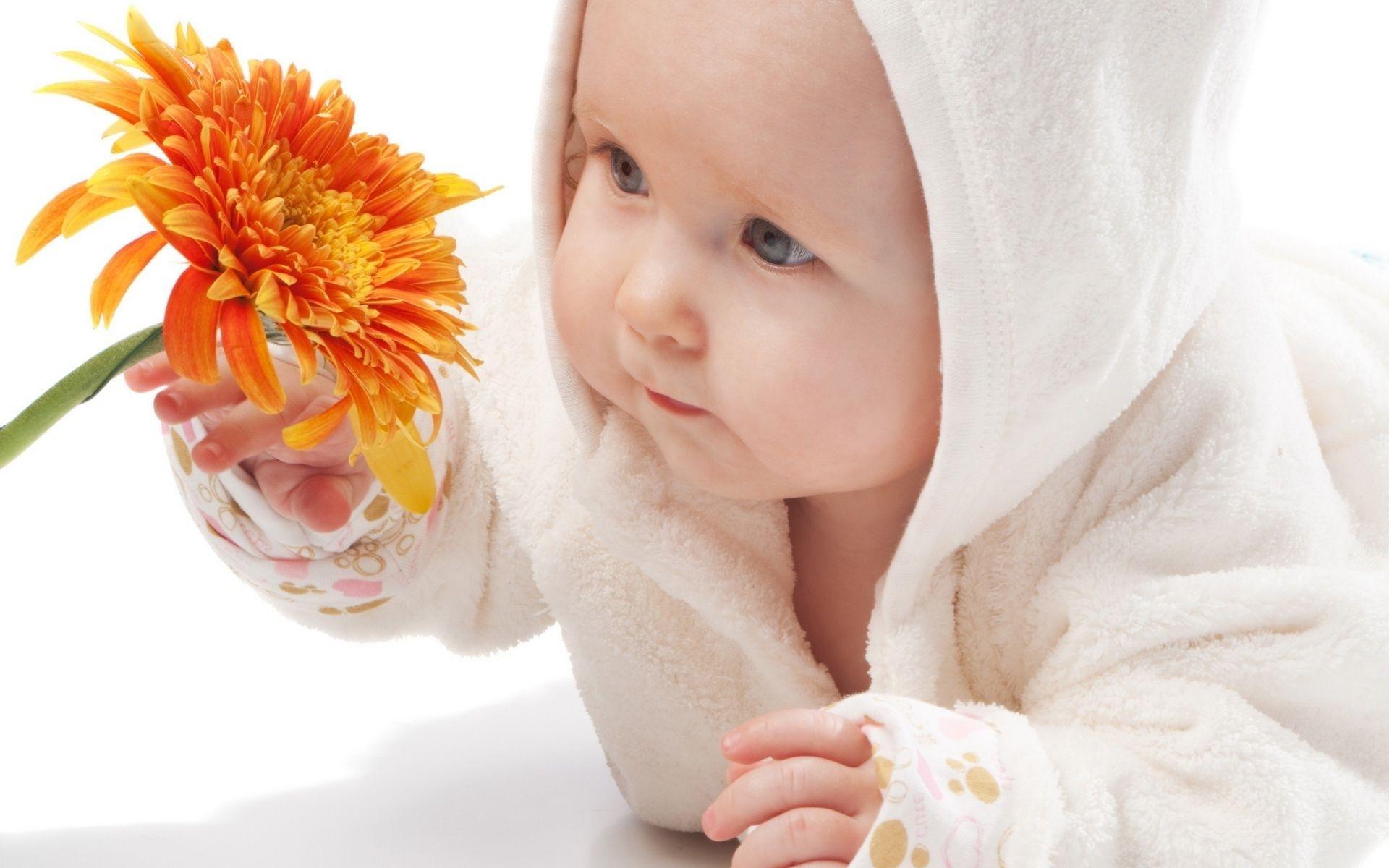 Фото малыш и цветок