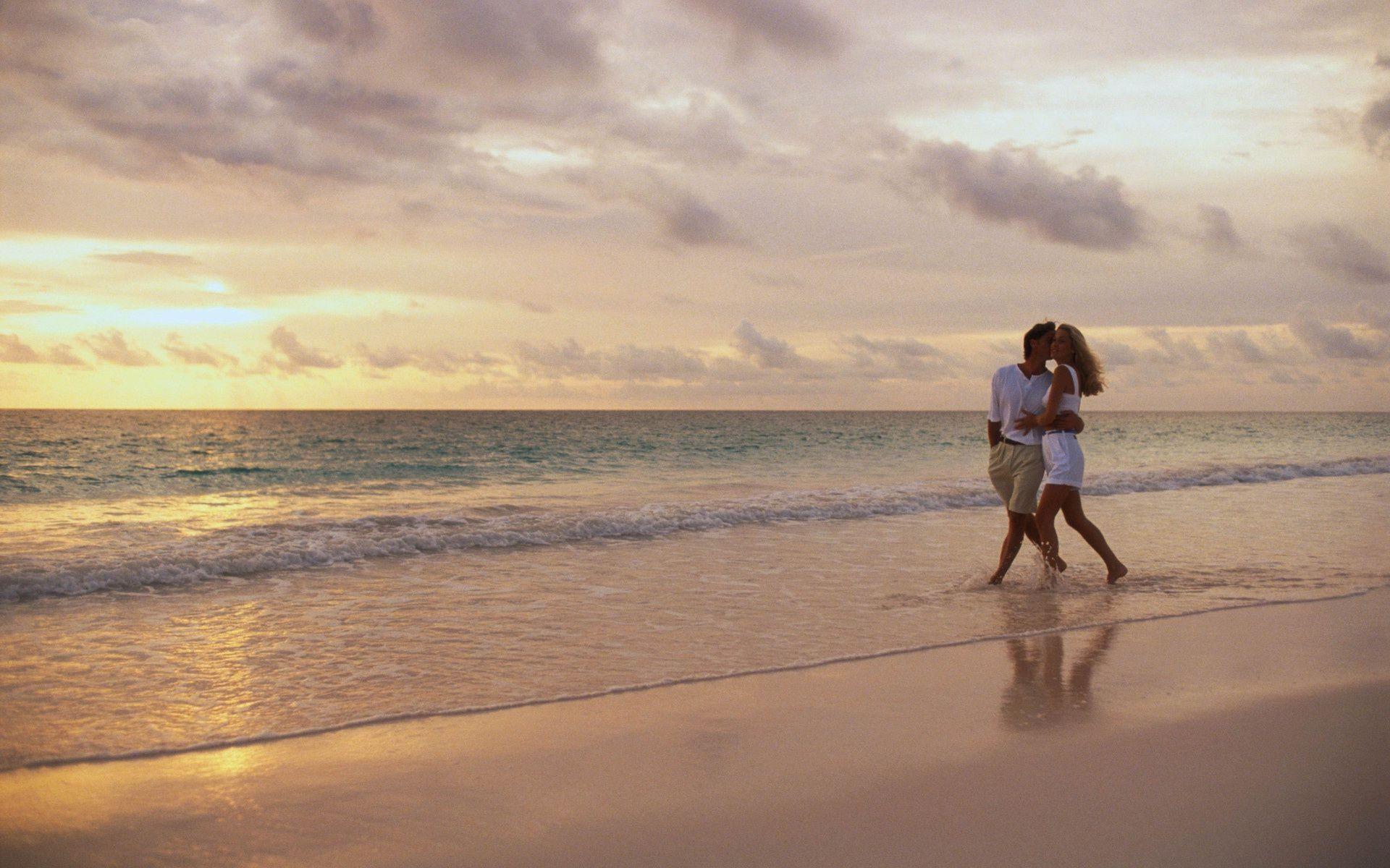 Жена гуляет по берегу, секс автобус в контакте