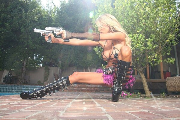 gun Girl blonde