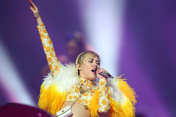 Miley Cyrus Live Performance