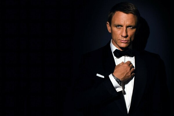 the suit james bond actor daniel craig Man 007