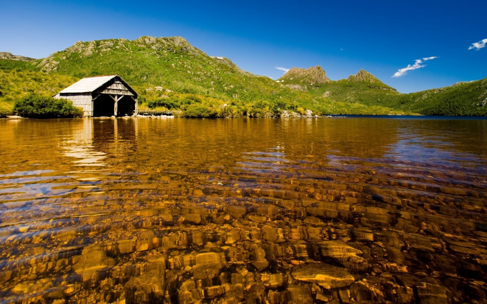 Озеро у холма загрузить