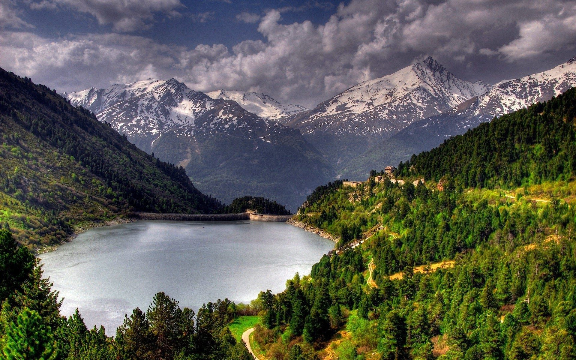 Озеро, гора, зеленый лес  № 621624 бесплатно