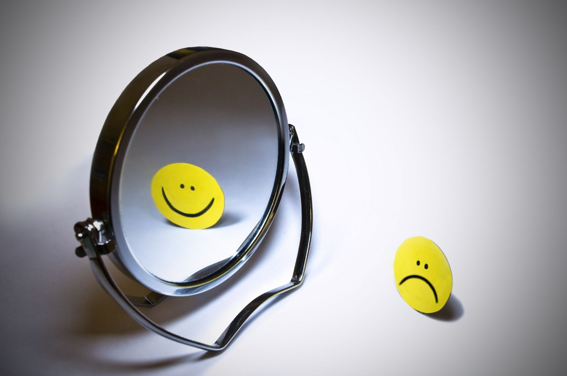 emoticon smile the mirror. android wallpapers for free.