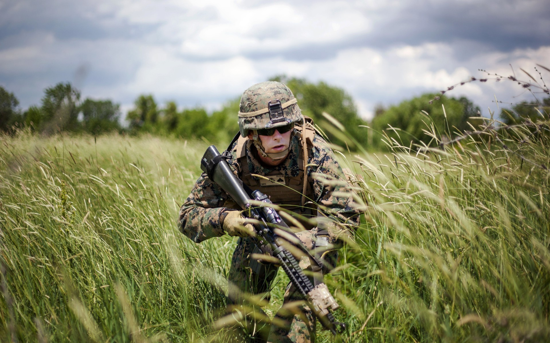 Wallpaper Android N Army: Soldier In Uniform Sneaking Through The Tall Grass In A