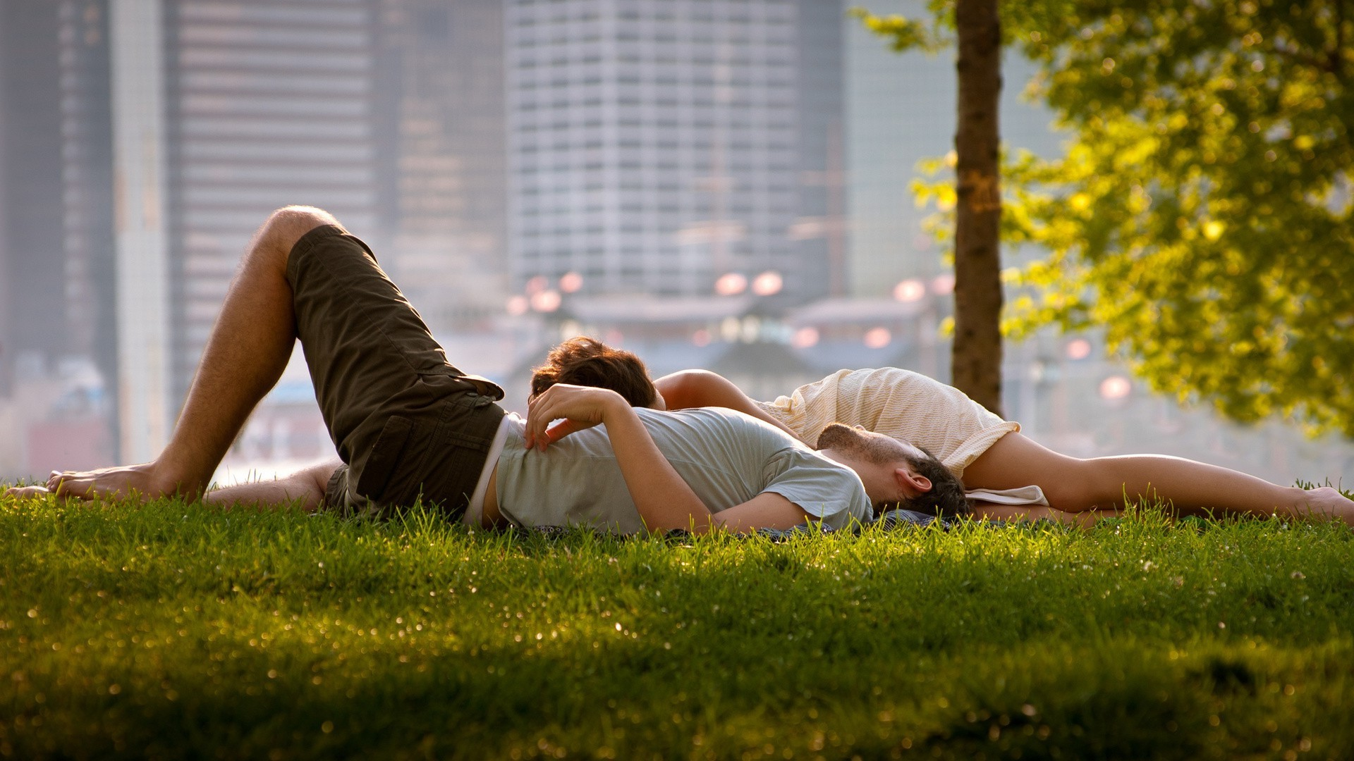 aiuto, c'è qualcuno che ne capisce di frutteto? Couple-in-love-lying-on-the-grass-in-the-park-of-a-big-city