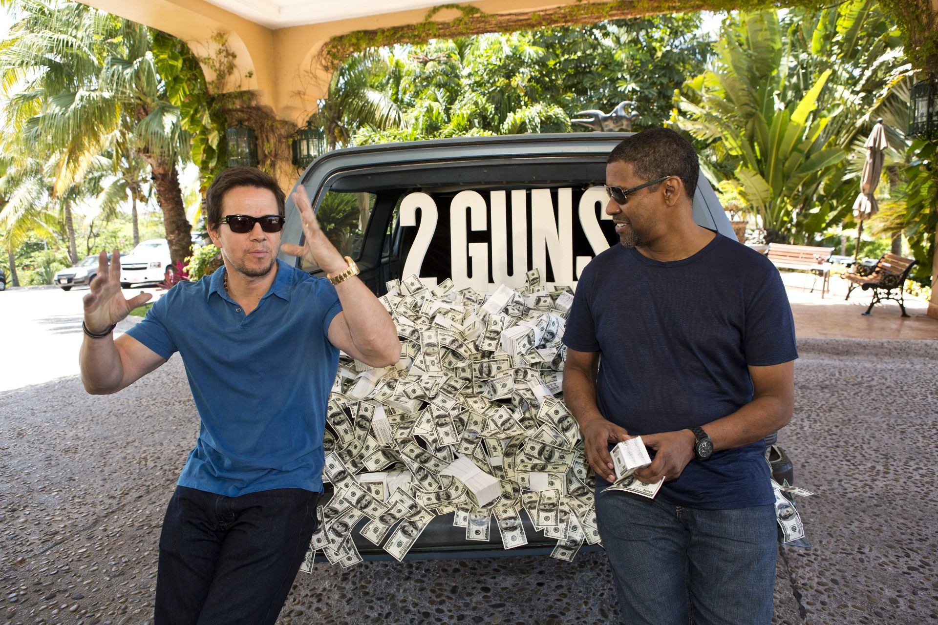 Mark Wahlberg and Denzel Washington in the movie Two guns (2 guns)