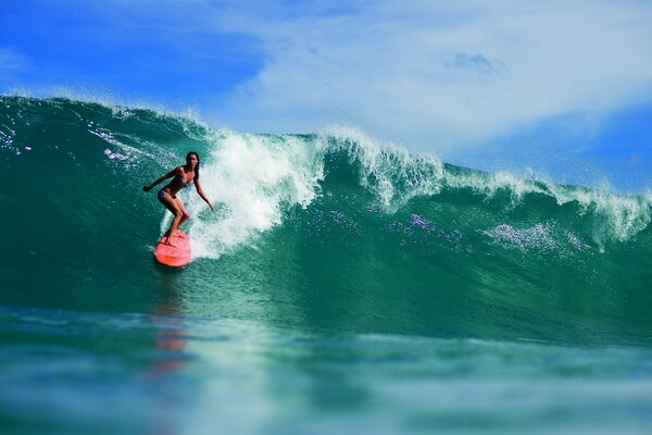 Girl serfingista conquers huge wave