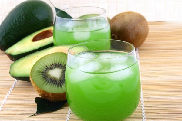 Juice and kiwi fruit - a storehouse of vitamins for the day