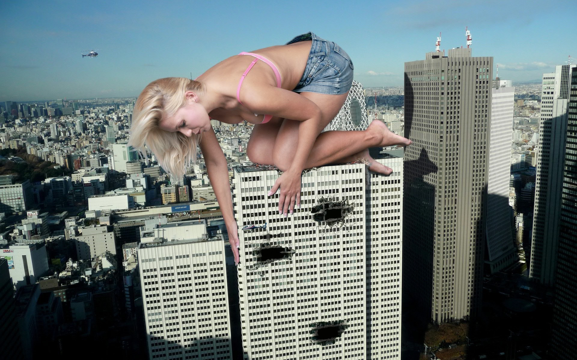 Blonde-Kinkong on a skyscraper