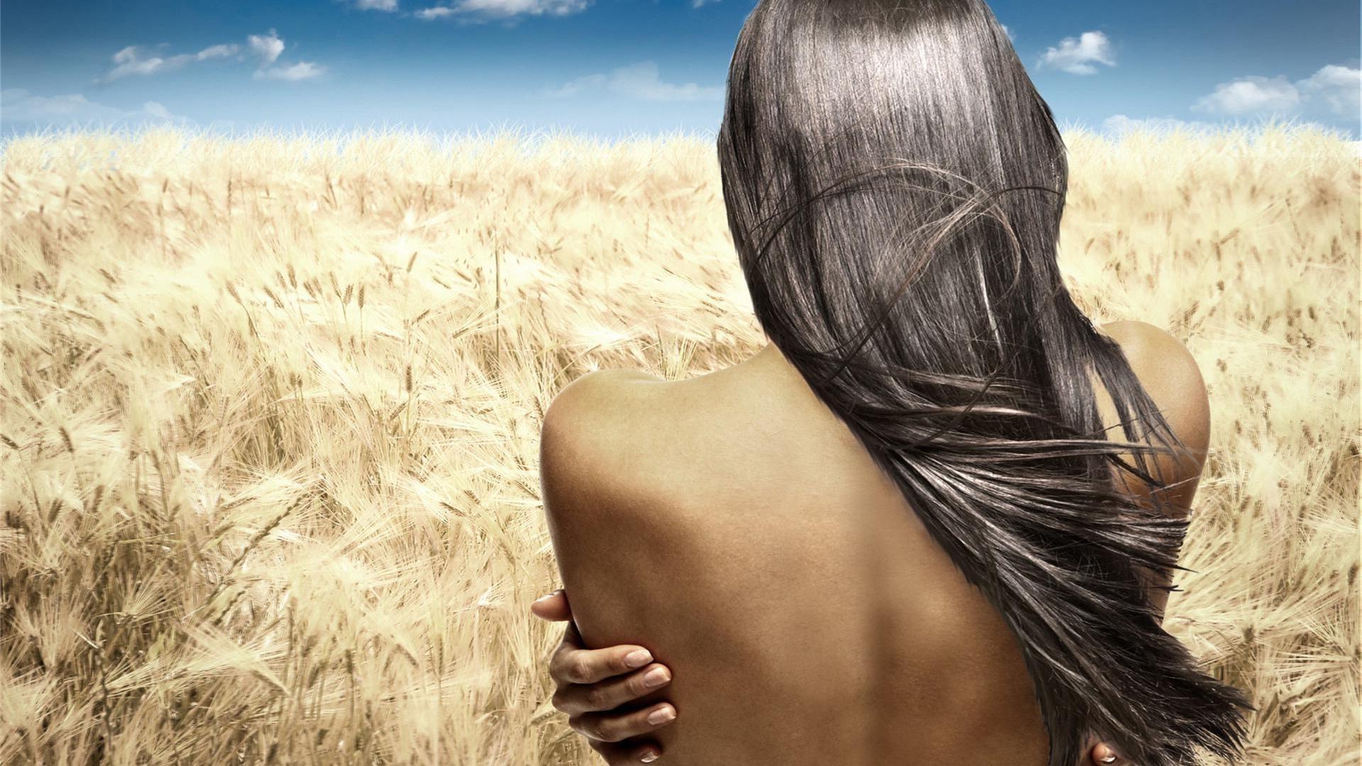 Фото черно белое девушка спиной