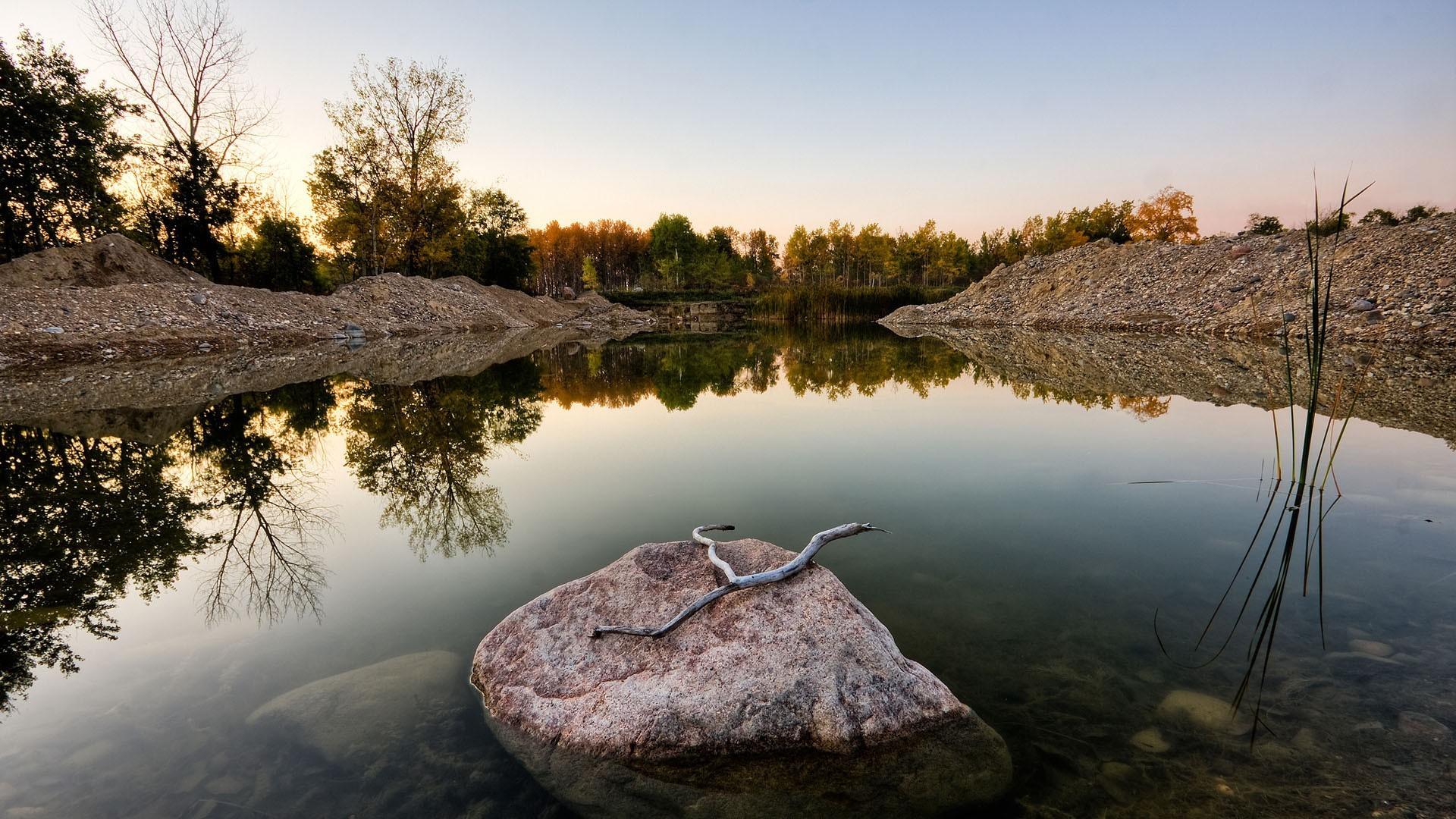 Камни у водоема подборки