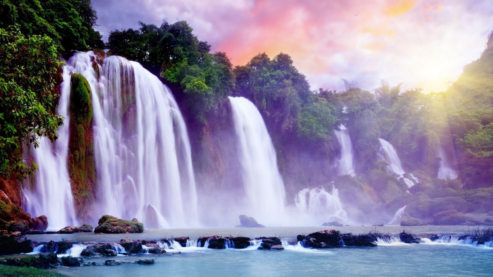 водопад среди деревьев бесплатно