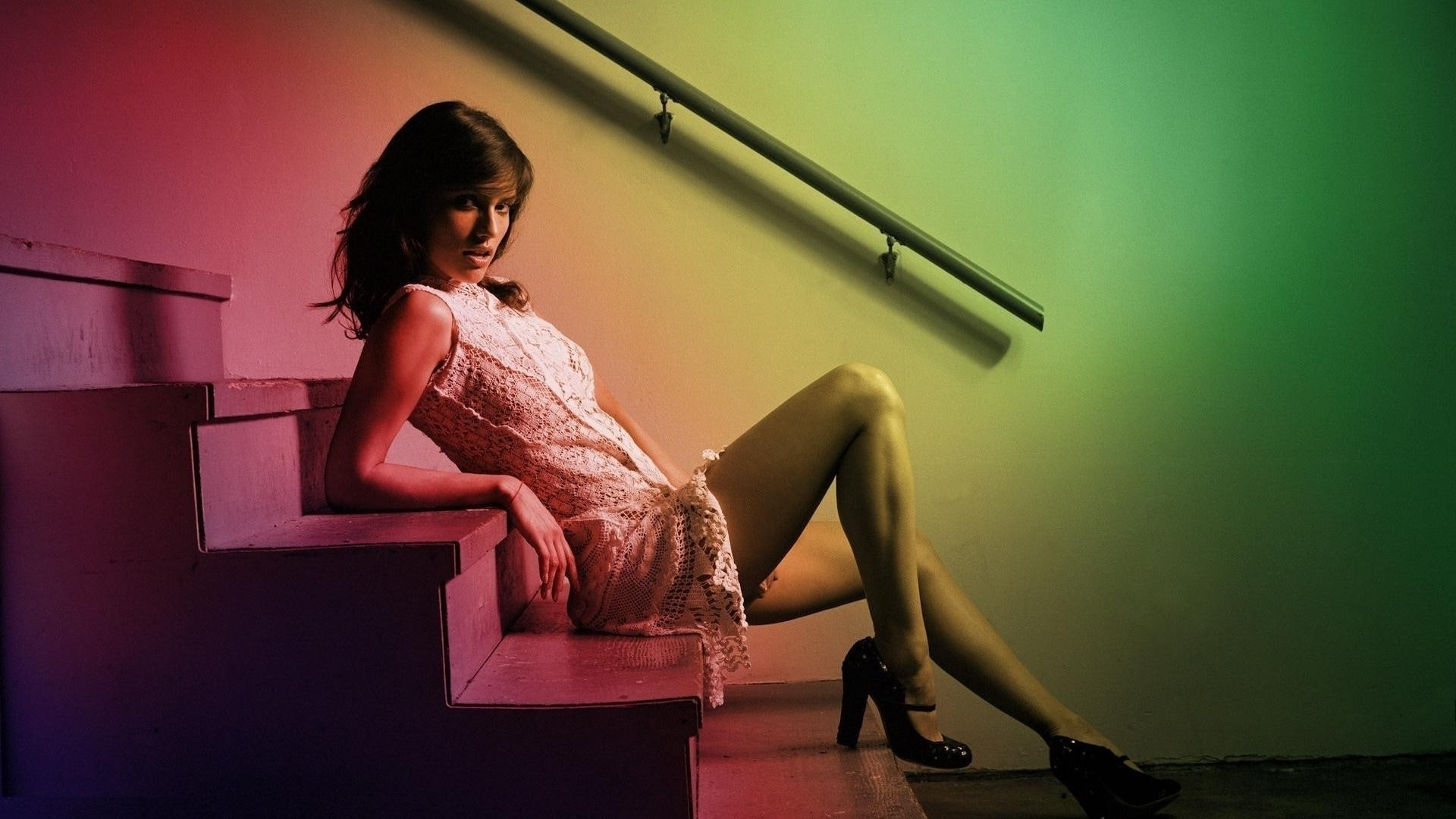 Видео очень красивой девушки на лестнице #5