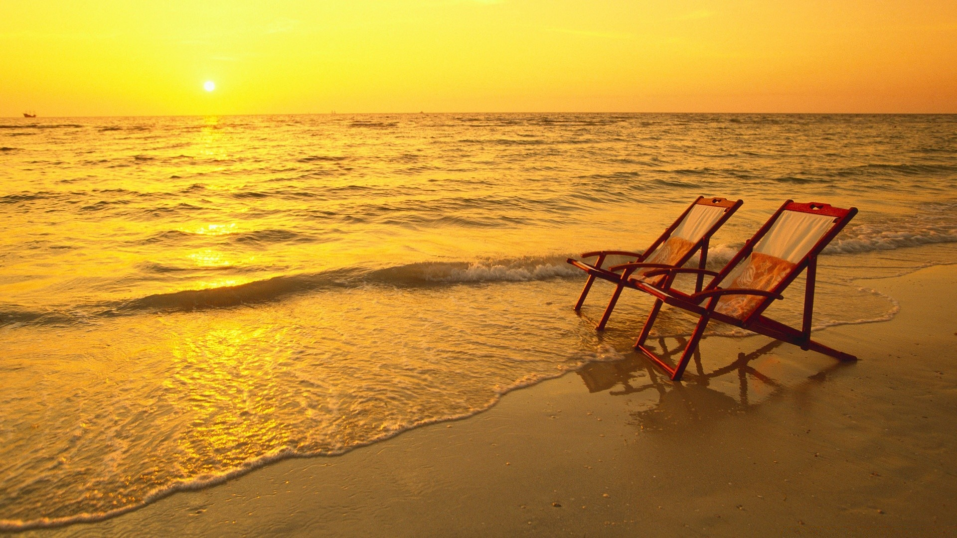Пляж с желтыми зонтами  № 1497445 бесплатно