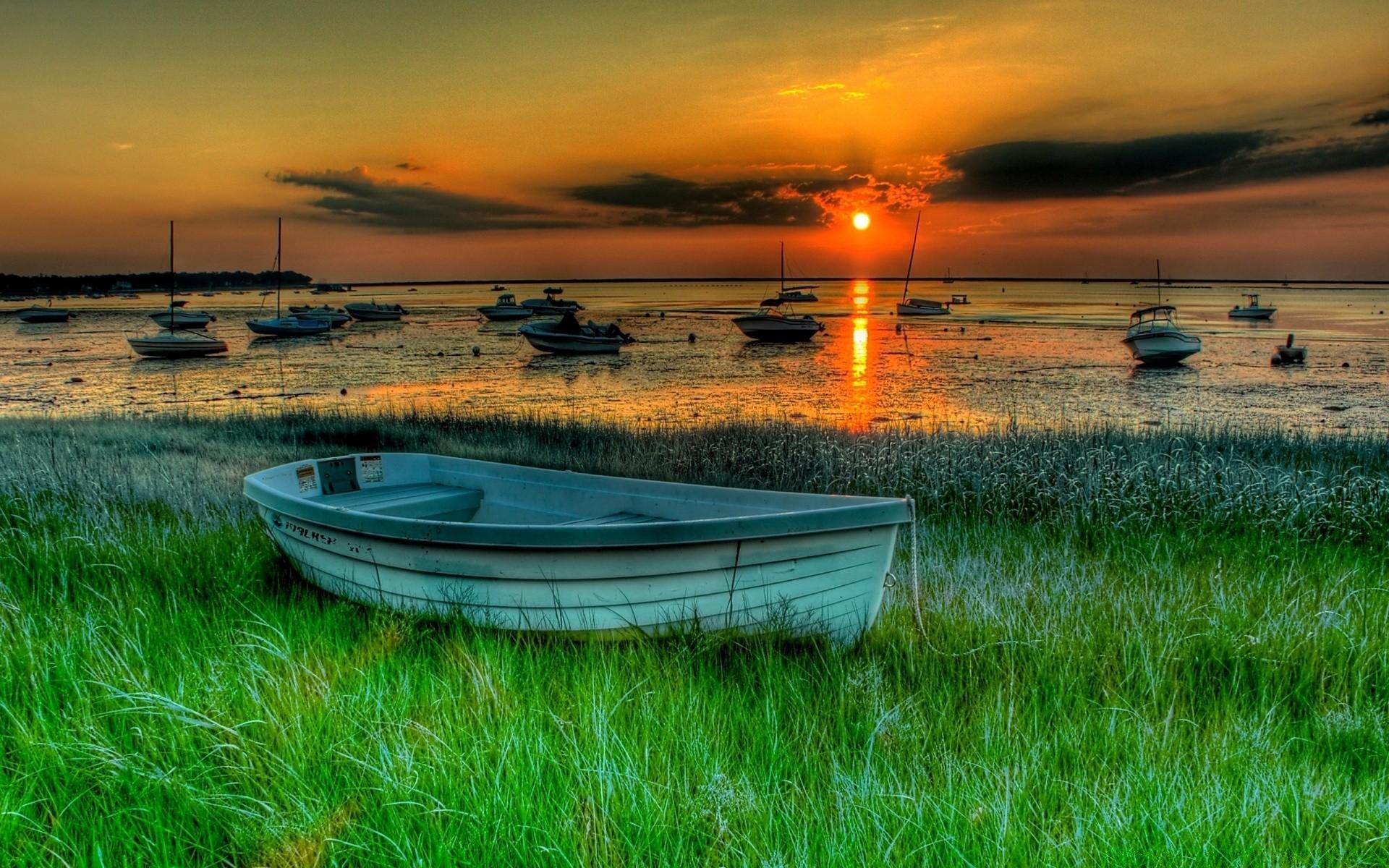 Лодка на берегу зеленого озера  № 2492953  скачать