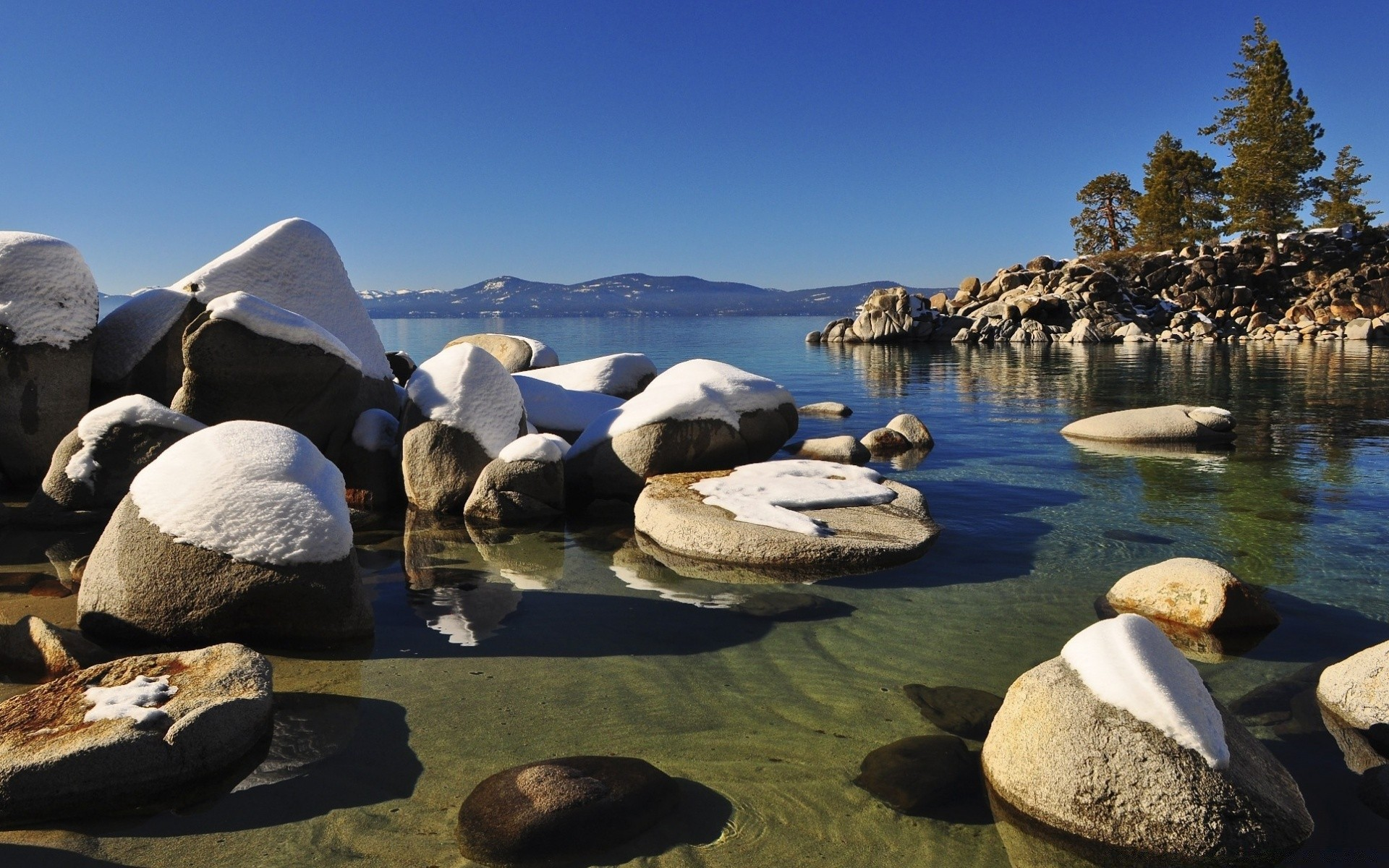 Озерцо вокруг камней  № 395414 бесплатно